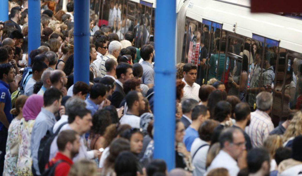 Metro de Madrid trabaja en un sistema para guiar a los pasajeros hacia los vagones vacíos