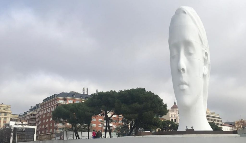 Julia, la niña tierna de 12 metros que corona la plaza de Colón