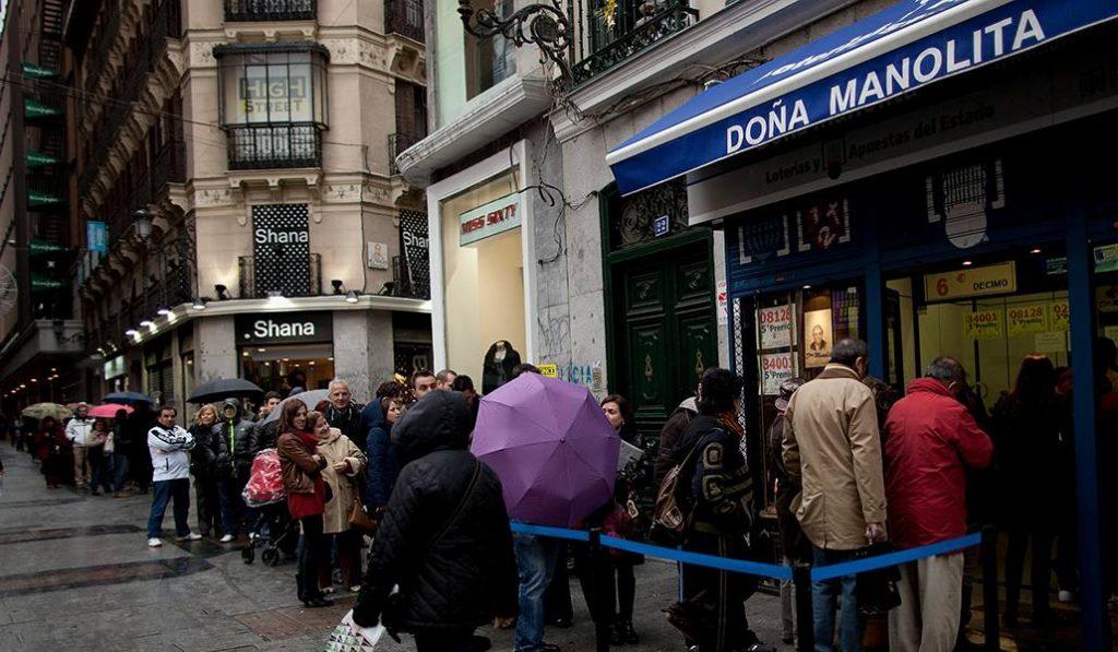 Tres horas de cola en Doña Manolita para conseguir un décimo