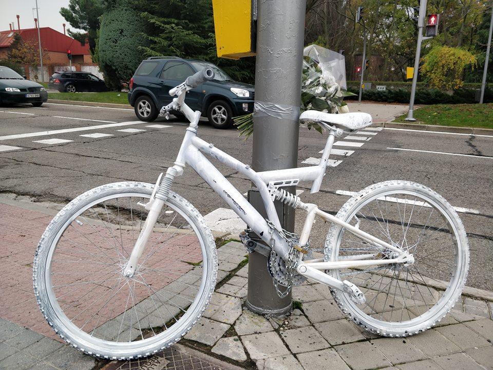 ¿Por qué hay bicicletas blancas varadas en las calles de Madrid?