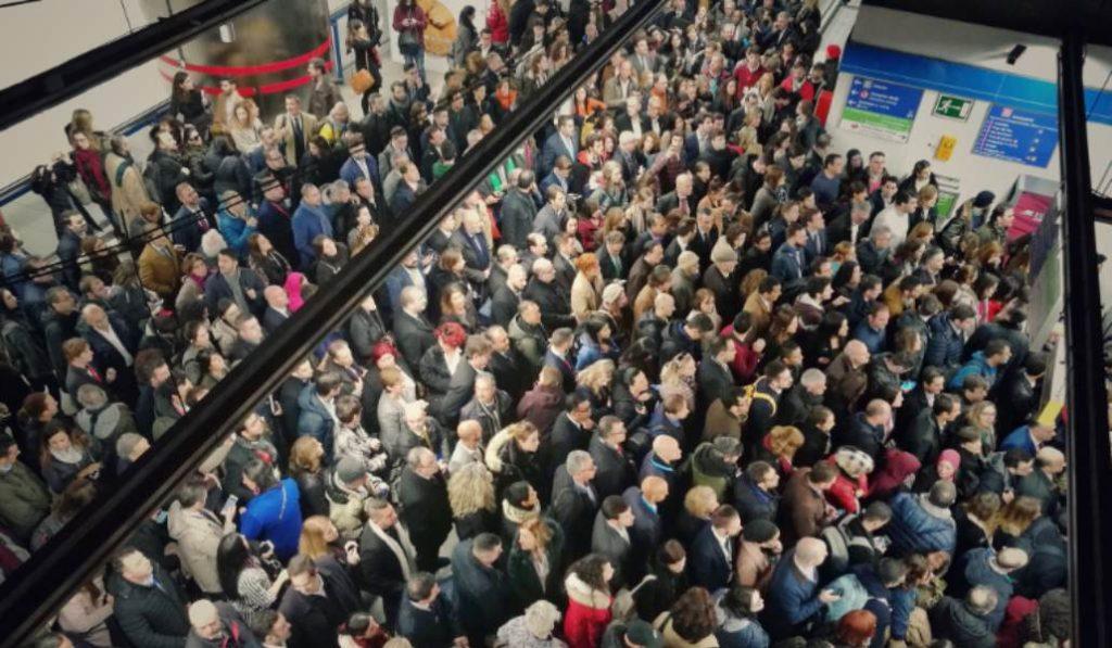 Fotos: La línea 8 de metro colapsada por las masas de asistentes a Fitur