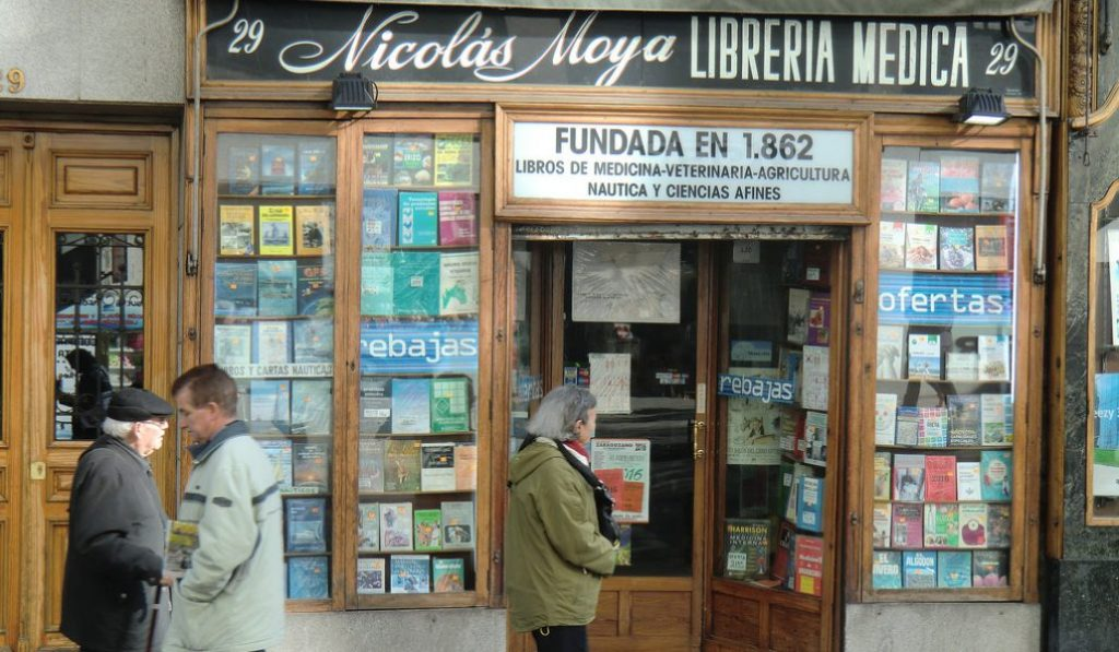 Adiós a la librería Nicolás Moya, la más antigua de Madrid