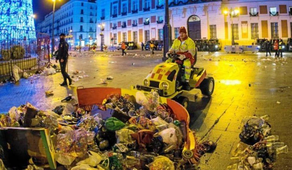 Los operarios de limpieza retiran 30.500 kilos de basura de Sol tras las campanadas