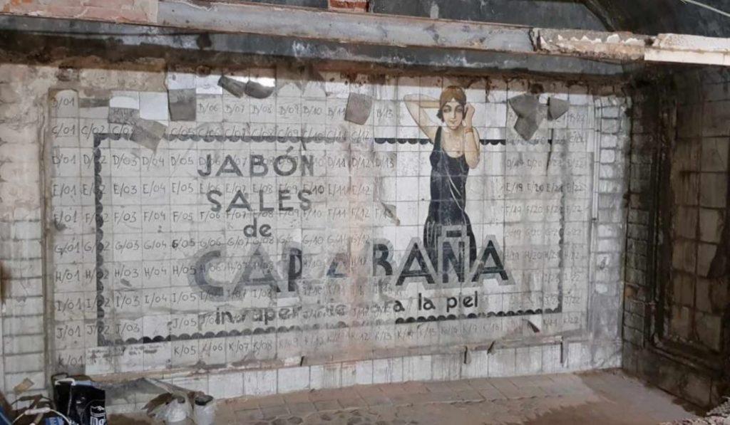Restauran un cartel escondido durante 95 años tras una pared del metro