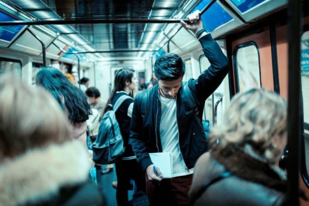 Metro de Madrid está lleno de personajes y esta cuenta de Instagram lo demuestra