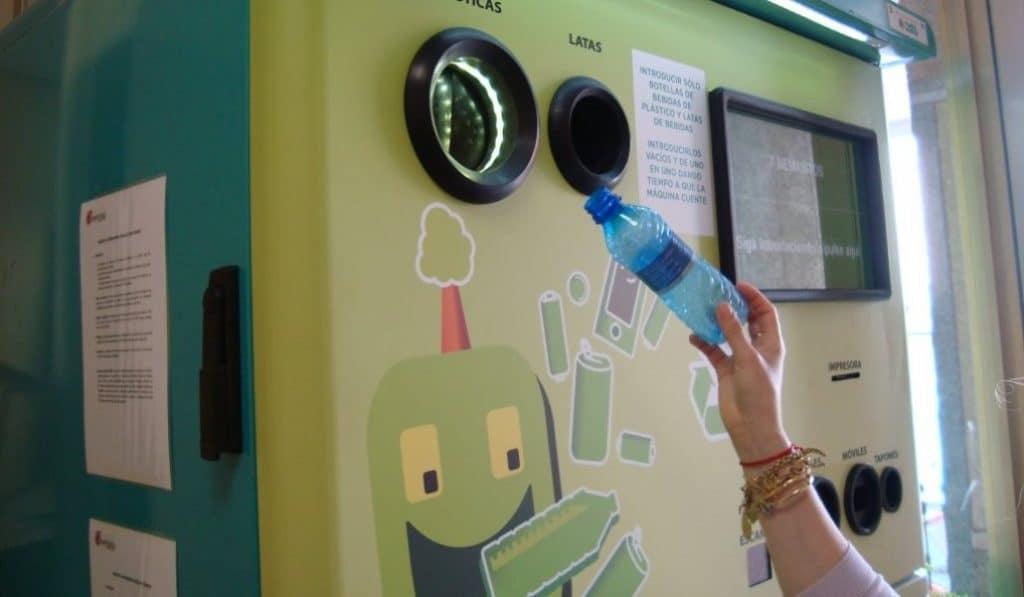 Esta máquina de reciclaje te da dinero a cambio de plástico y latas