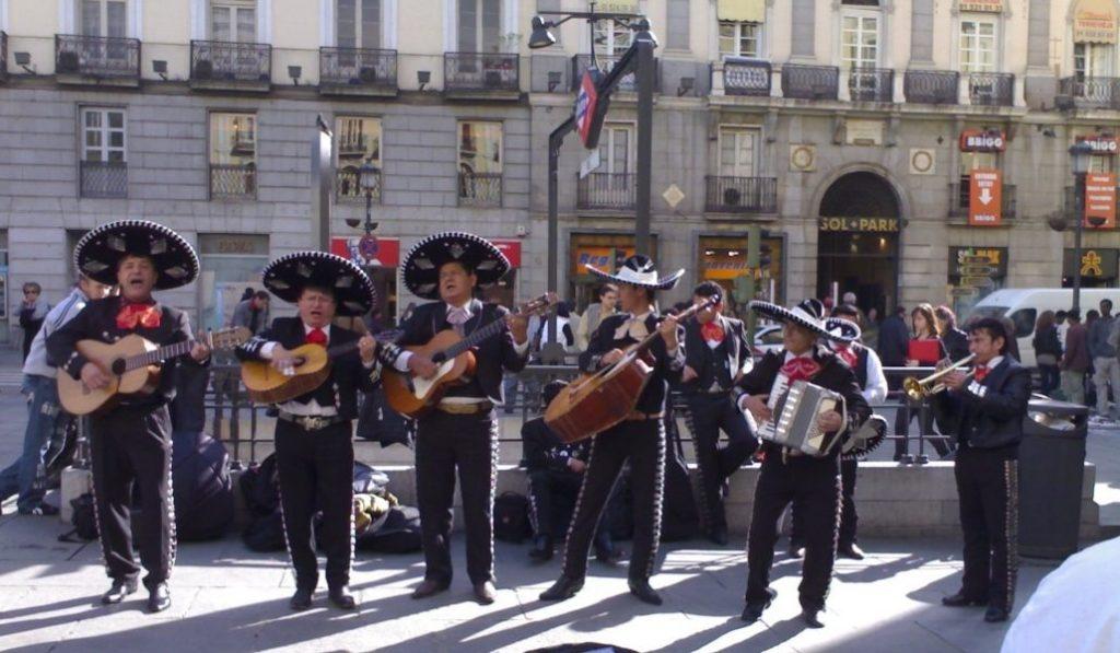 Los músicos callejeros tienen muy difícil tocar en el centro de Madrid
