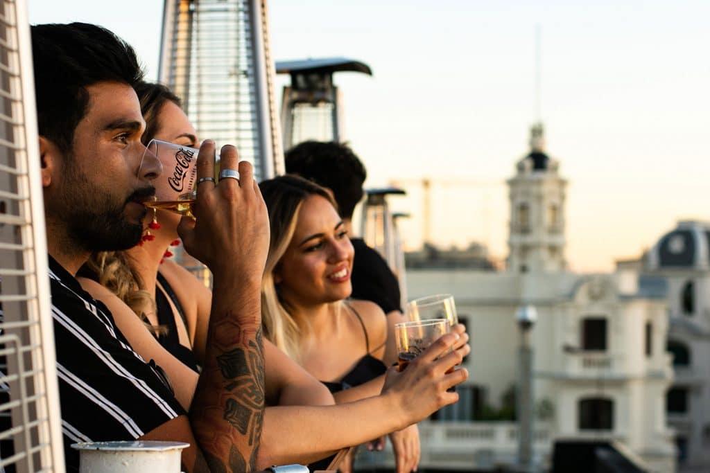 Tu plan para este verano: azotea, concierto y Coca-Cola Mix