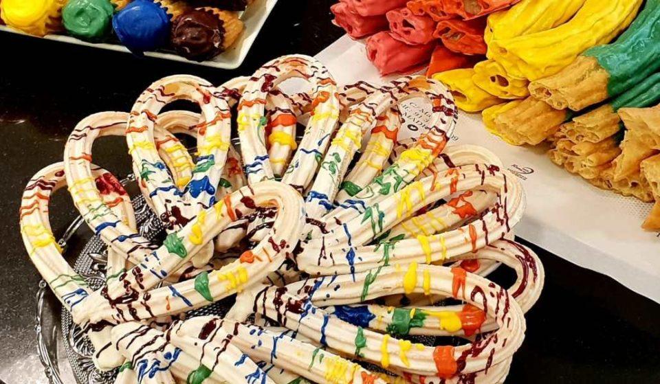 Una cafetería sirve churros multicolores por el Orgullo de Madrid