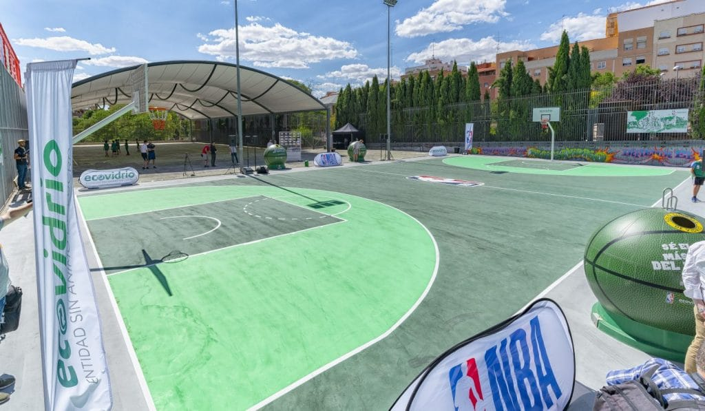 Madrid estrena la primera cancha de baloncesto de vidrio reciclado