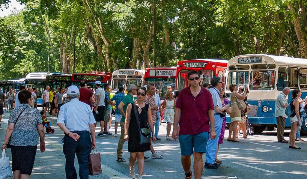 Los autobuses históricos de Madrid aparcan en el Paseo del Prado