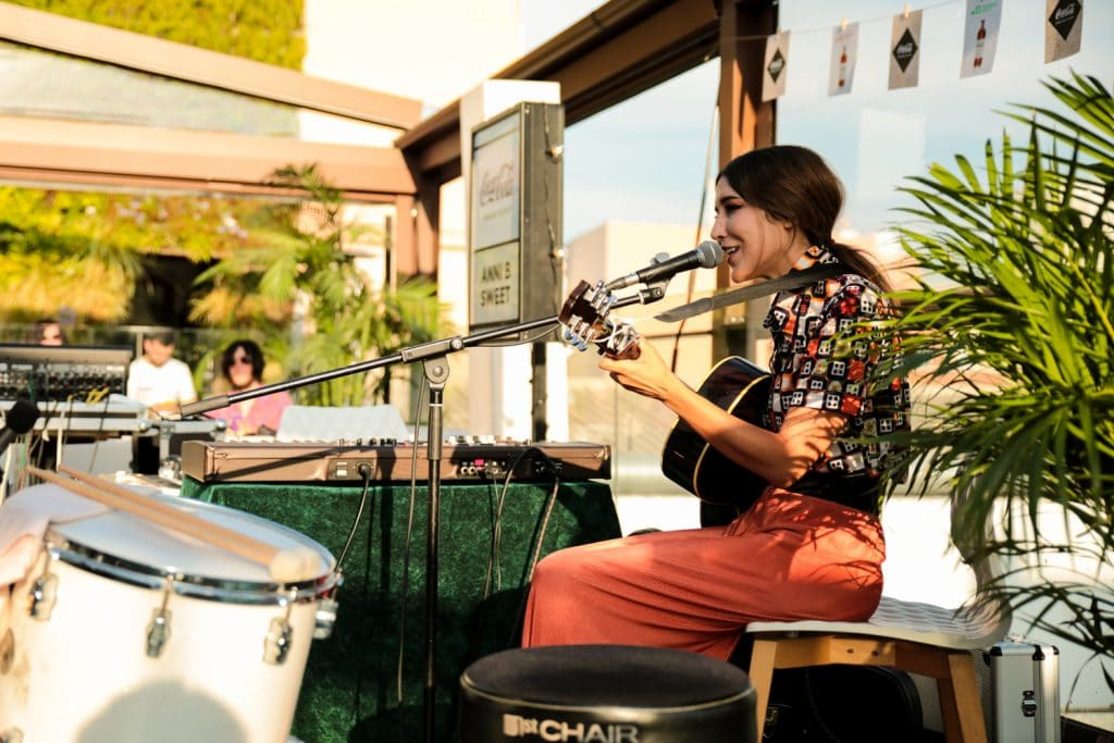 Anni B Sweet puso la banda sonora al atardecer de Madrid con Live the Roof y Coca-Cola Signature Mixers