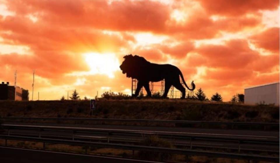 El Rey León hace sombra al toro de Osborne en Madrid
