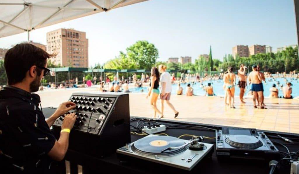 Vallecas transforma su piscina pública en una 'pool party'