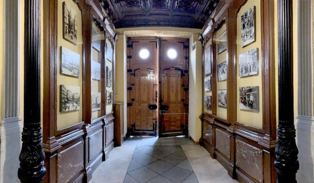 La galería de arte más pequeña de Madrid está en un portal de Sol