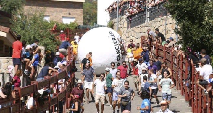 El boloencierro: el pueblo donde se corría delante de una bola gigante de 200 kilos