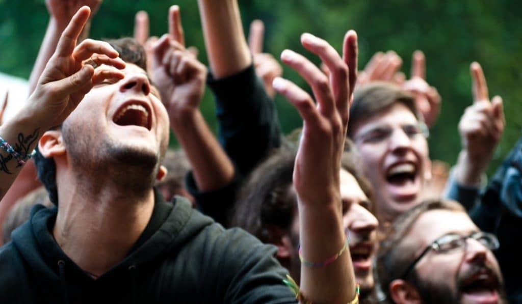 El micro lo tienes tú: este concierto veraniego termina en karaoke masivo