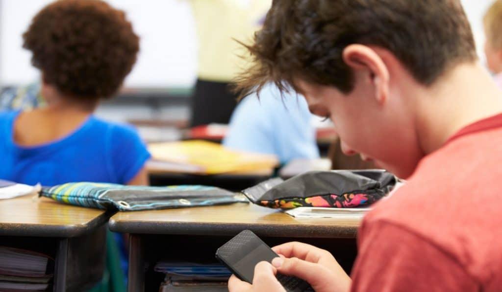 Los móviles no estarán permitidos en los colegios (ni en el recreo) a partir de septiembre