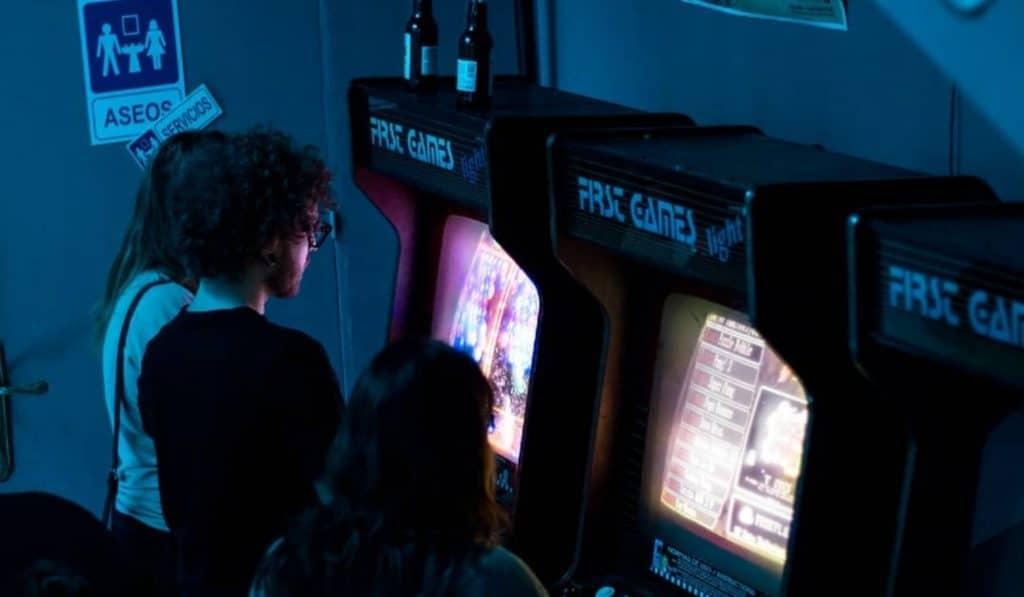 Arcade Bar: en este bar puedes jugar a máquinas de recreativos ilimitadamente