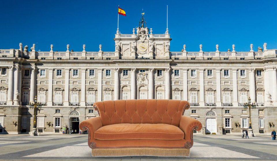 El sofá de la serie 'Friends' se planta frente al Palacio Real de Madrid