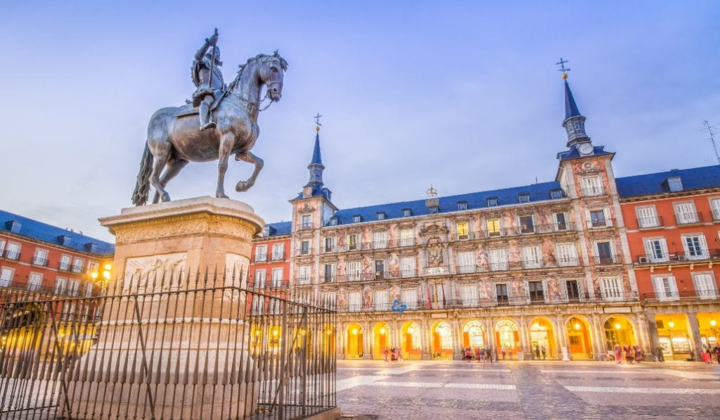 La estatua de Felipe III en la plaza Mayor era un cementerio de pájaros