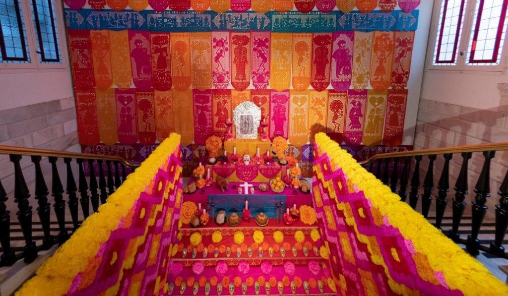 Las visitas al impresionante altar del Día de los Muertos en la Casa de México se alargan una semana