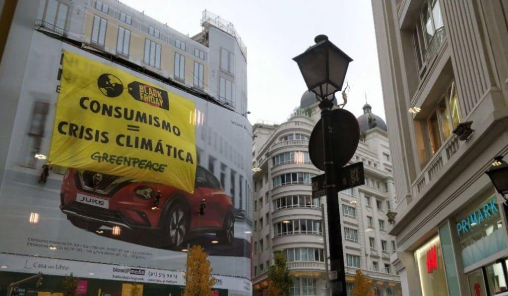 Greenpeace coloca una pancarta en Gran Vía para protestar por el Black Friday