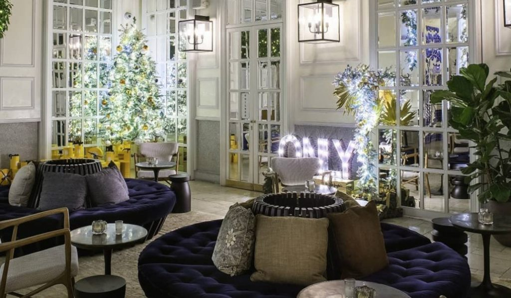 Por qué vas a querer vivir la Navidad dentro de un hotel
