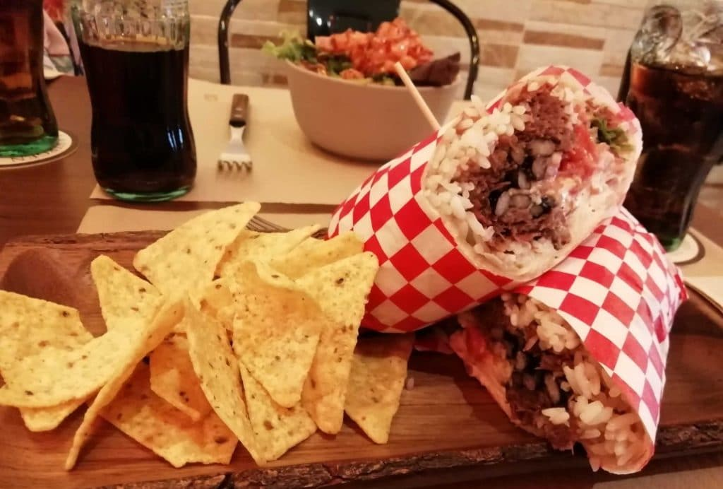 Burritos originales y pokes con clase en 'Mezclao'