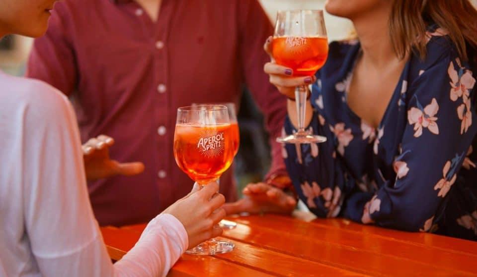 Disfruta de un brunch que combina la mejor música con una copa de Aperol Spritz