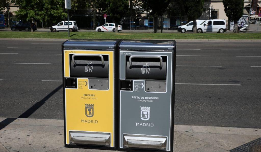 Madrid empieza a instalar las 1.300 papeleras inteligentes