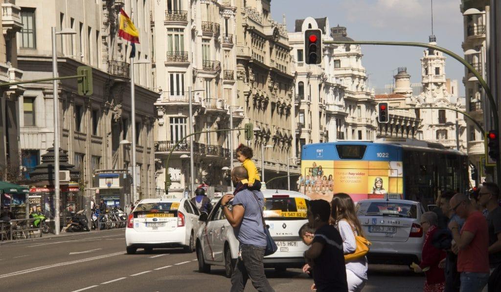 ¿Sabías que te pueden multar con 200€ si cruzas con el semáforo de peatones en rojo?