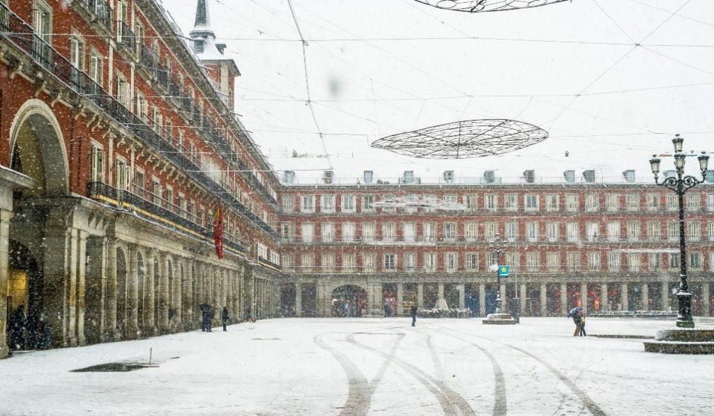 Empieza a nevar en Madrid