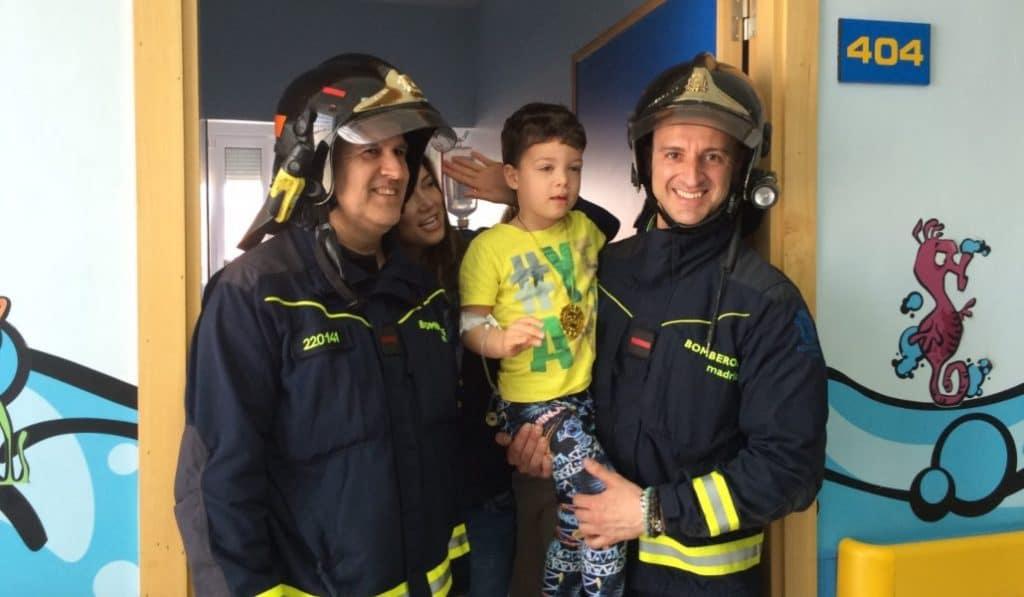 Bomberos de Madrid reparten juguetes entre niños hospitalizados
