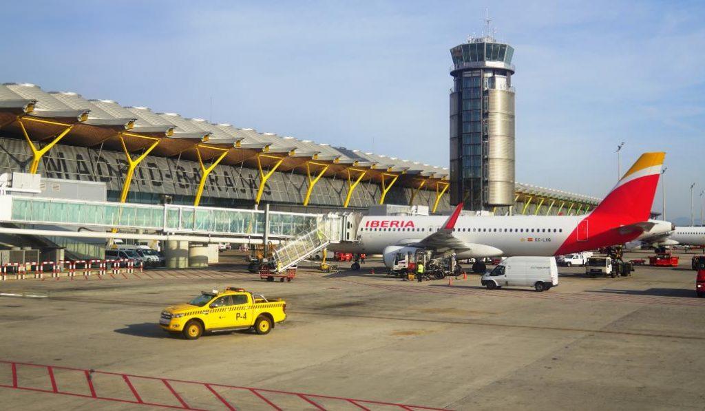 El aeropuerto de Madrid cancela todos los vuelos al detectarse un posible dron