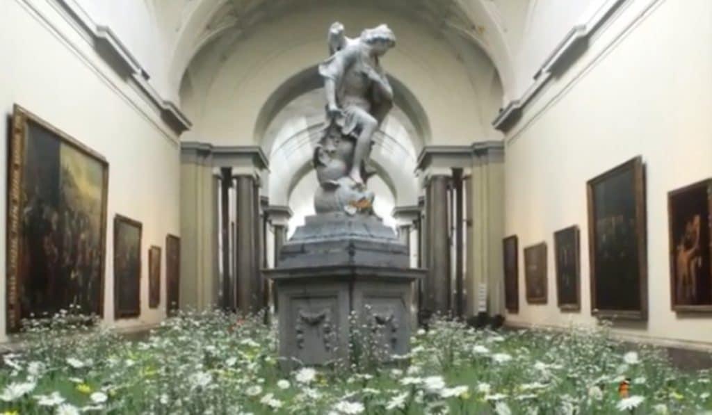 Un artista ha llenado de flores y mariposas el Museo del Prado