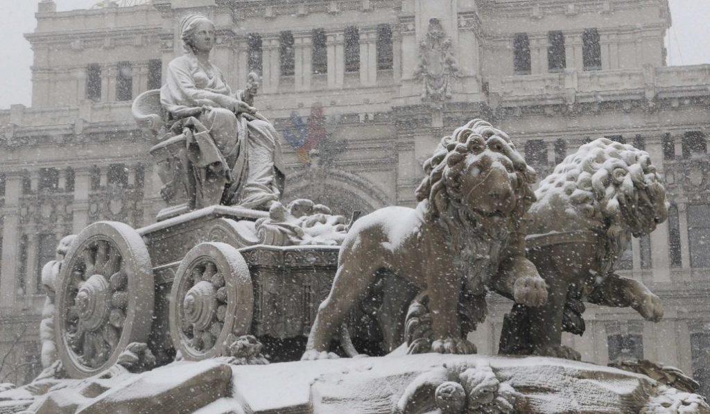 Madrid amanece cubierta por una fina capa de nieve