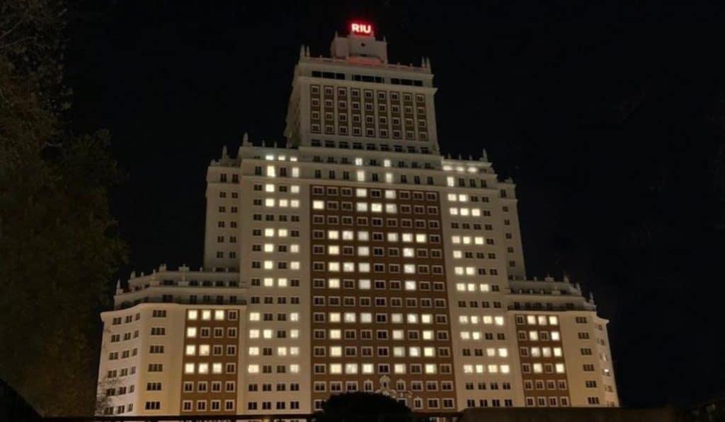 El Edificio España se ilumina para pedir que nos quedemos en casa