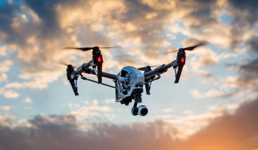 La policía usa drones y altavoces para ordenar a la gente que vuelva a casa