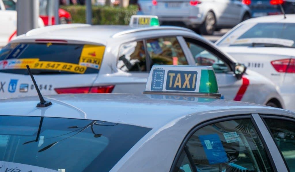Los taxistas de Madrid llevan gratis al personal sanitario a los hospitales