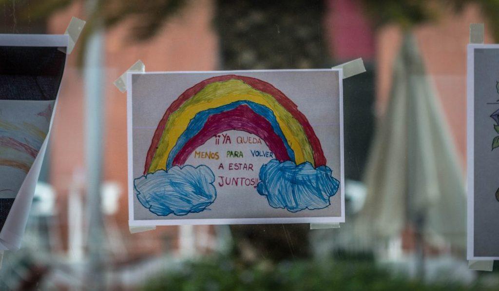 Estos son los dibujos de niños que han animado a los sanitarios y enfermos del IFEMA