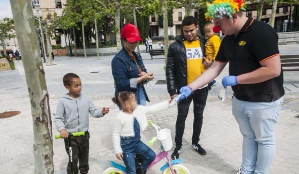 Los payasos de Madrid reparten mascarillas entre los niños que salen a pasear