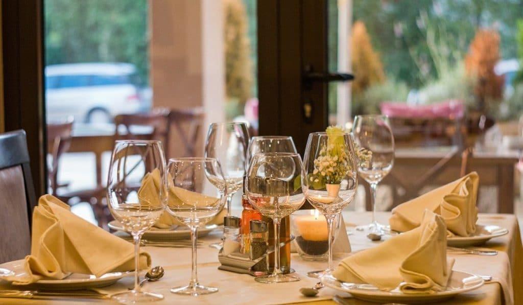 Los restaurantes de Madrid podrían separar sus mesas con mamparas de cristal