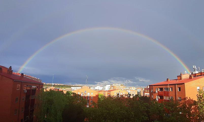 Un arcoíris doble coronó el cielo de Madrid ayer a la hora del aplauso