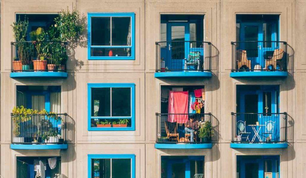 Un cine móvil proyectará películas en la calle para verlas desde el balcón