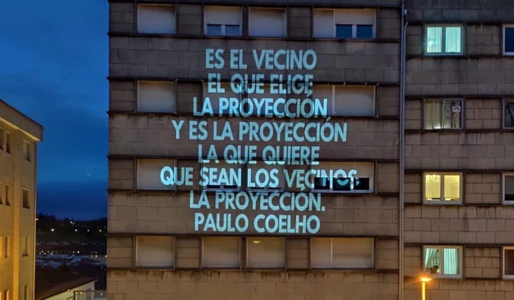Las diez mejores frases de humor gallego que se proyectan en un edificio de Santiago