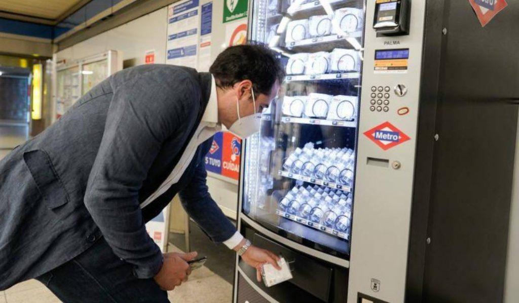 Metro de Madrid instala máquinas expendedoras de mascarillas