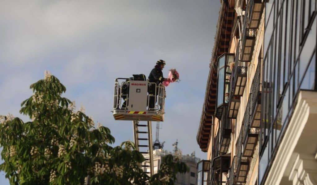 La mujer más longeva de Madrid cumple 110 años y los bomberos la felicitan