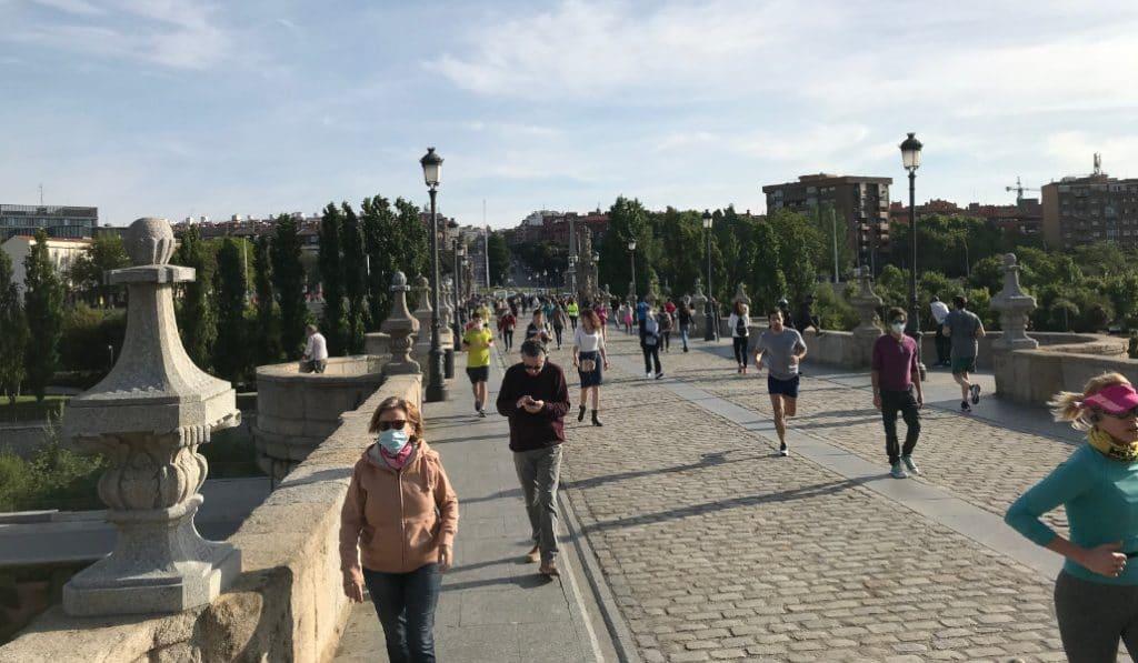 'Runners' y paseantes llenan las calles de Madrid