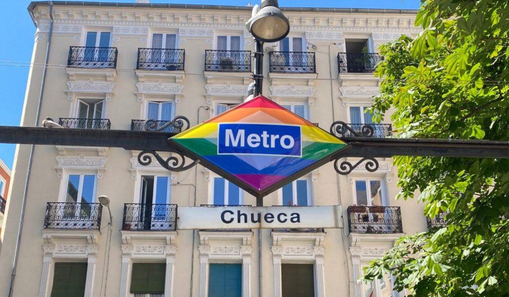 El rombo del metro de Chueca llevará los colores del arcoíris para siempre